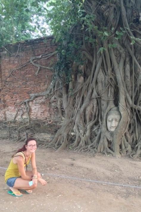 Se slavnou hlavou buddhy v kořenech