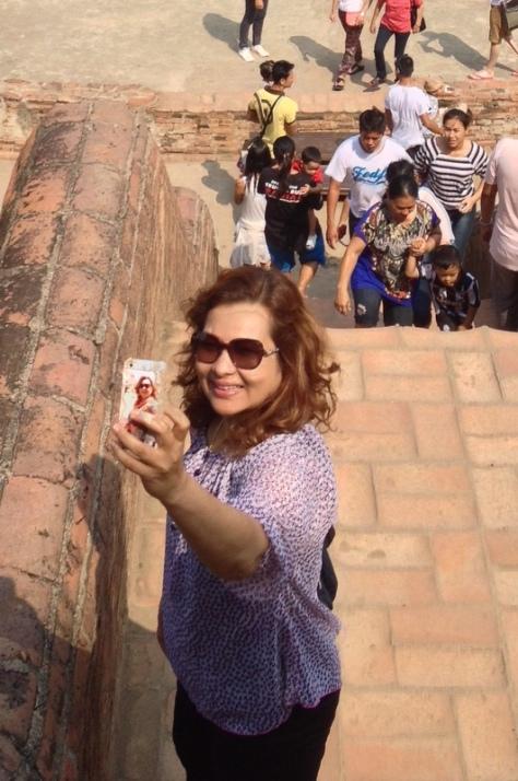 tahle ženská bere selfies tak vážně, že má jednu na obalu svého iphonu