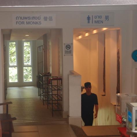 Záchody - pro muže a pro mnichy odděleně.