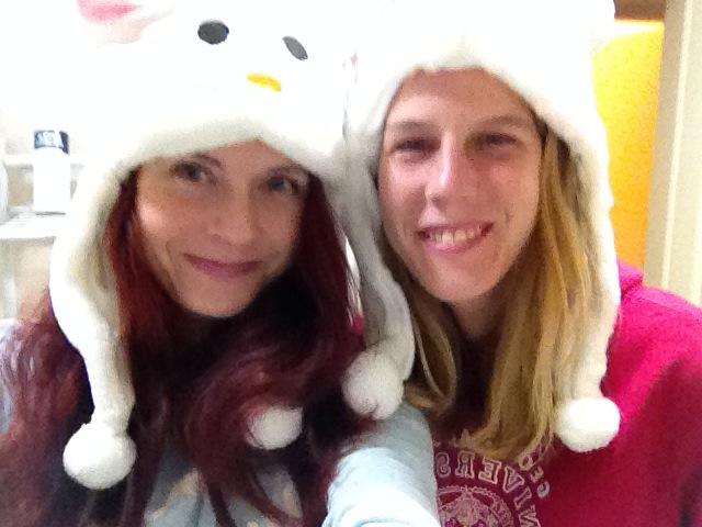Spolubydlící nám na zimu koupila čepice :)