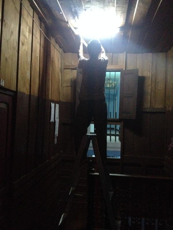 Voilá a jsme doma.  Světlo na chodbě nefunguje - majitel rychle opraví.
