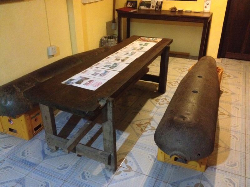 Sedačky z beden od Beer Lao a bomb spuštěných za války ve Vietnamu