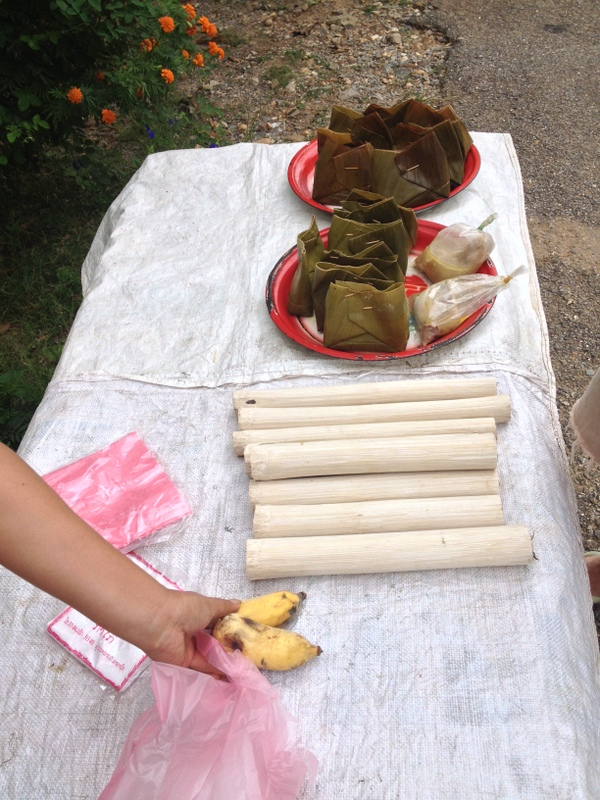Kupujeme snidani - banany a sticky rice uvarenou v bambusu