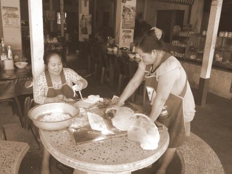 Nudle do polívky nám holky udělaly přímo před očima. Místo válečku láhev a posloužila dobře.