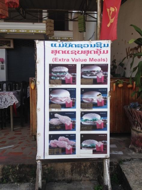 Kopie obrázkového menu z mekáče a vlajka se srpem a kladivem. Vítejte v Laosu.